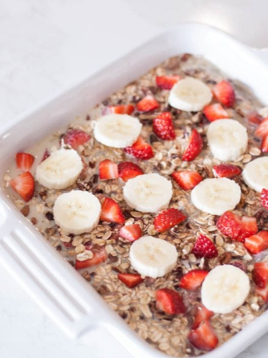 Baked Oatmeal with Fruit is a simple recipe that can be enjoyed any day of the year! Kids and adults will love this oatmeal made with fresh fruit and a little bit of sweetness. #oatmeal #fruit #breakfast #recipe #healthyrecipe
