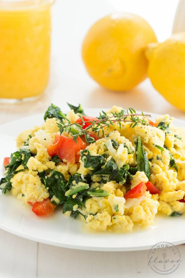 Kale, Egg and Cheese Breakfast Scramble - an easy breakfast scramble with fresh kale, red pepper and onion!