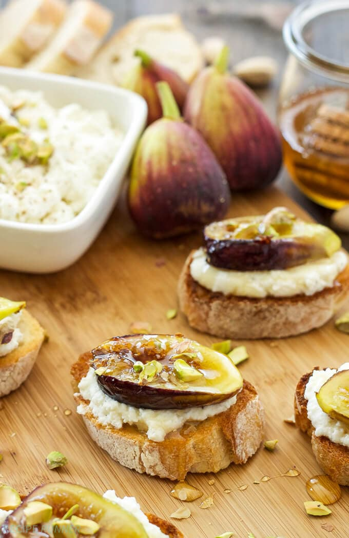 Caramelized Fig and Ricotta Crostini | www.reciperunner.com