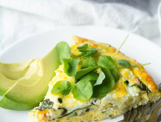 Combine a few simple ingredients to create a Summer Vegetable Frittata! Made with summer squash, goat cheese and mixed greens, this frittata is perfect for brunch. #summer #brunch #vegetable #frittata #recipe #breakfast