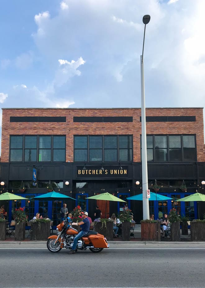 A Weekend Guide to Grand Rapids Michigan includes the best things to eat, see and do during a visit to the city! The guide also includes where to stay in Grand Rapids and features unique outdoor adventures and foodie experiences. #GrandRapids #travel #guide #weekend #visit #holiday #beercity #foodie #LakeMichigan #ButchersUnion
