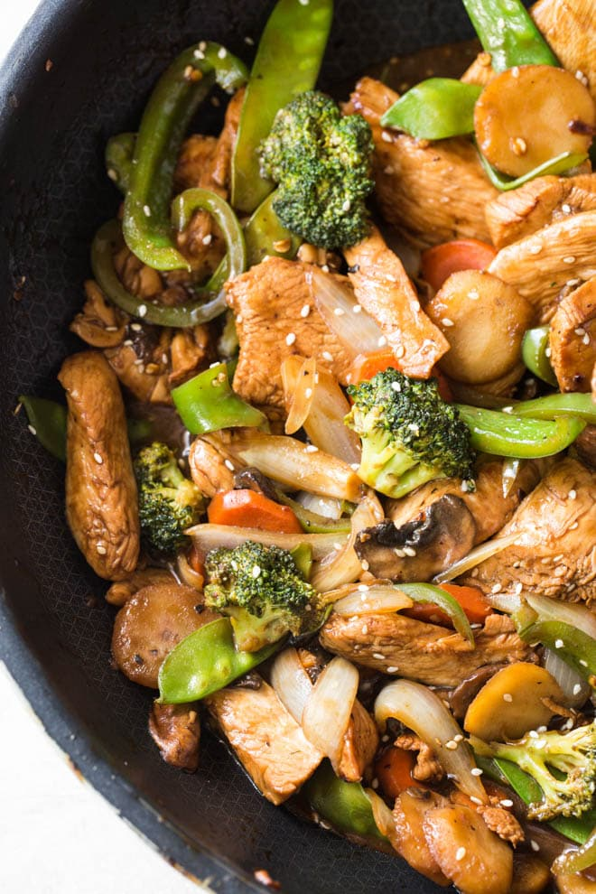 Garlic Sesame Chicken Stir Fry is an easy meal that's on the table in 30 minutes or less and boasts an authentic Chinese stir-fry flavor! Skip take out to make this healthier stir fry at home. #sesame #chicken #stirfry #dinner #recipe #onepot #skillet #vegetable