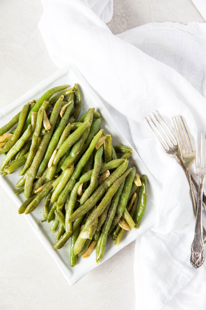 Learn how to make garlic green beans with this simple recipe that cooks in less than 15 minutes. #garlic #greenbeans #skillet #dinner #sidedish #mealprep #recipe